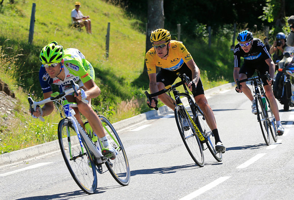 Nibali leads Wiggins and Froome down the fast descent towards the finish...