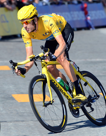 Wiggins flies across the Place de la Concorde in his all-yellow kit...