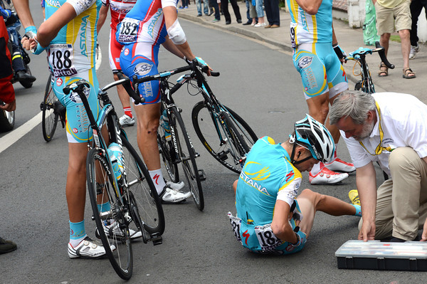 Jani Brajkovic has crashed - his whole Astana team stops for him...