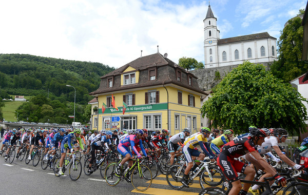 The peloton turns away from the start in Olten...
