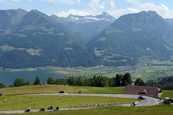 A 20-man group of overall favourites starts the climb of Glaubenberg...