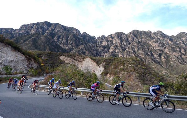 This scenery shot needs a fullly compact peloton, please..!