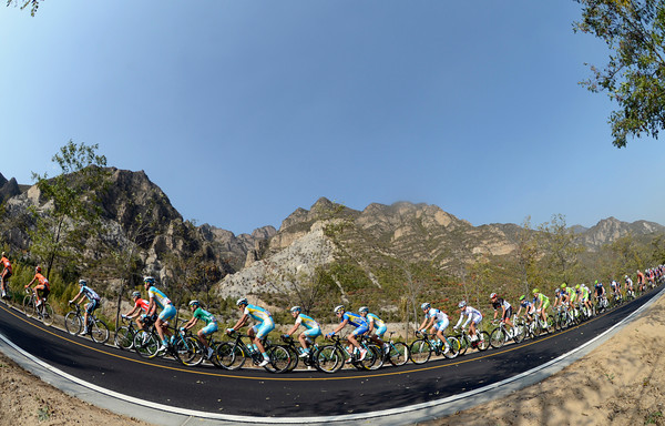 The peloton races beneath more of China's mystical mountains as they chase the escape...