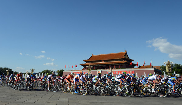 The race speeds past the resting-place of Mao Tse Tung in Tiananmen Square