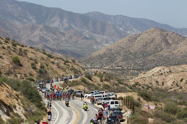 ...tho their pace is somewhat liesurely as the peloton approaches the first sprint line of the day with all the points taken by the escape.