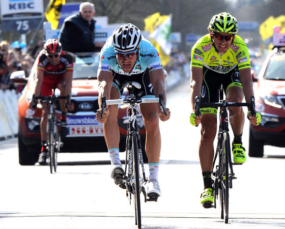 Tom Boonen is a bike-length ahead of Pozzato at the finish..!