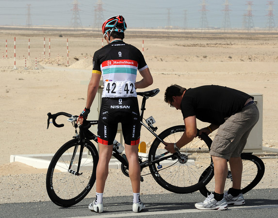 Tony Gallopin needs a rear wheel - his Radio Shack teamates stop racing in order to wait for him...