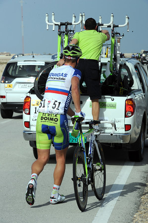 Sagan has to run after the car and wait whie a mechanic gets a spare bike down...