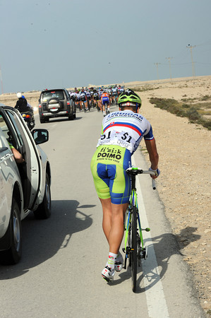 Sagan makes the mistake of stopping before his team-car is in the right position...