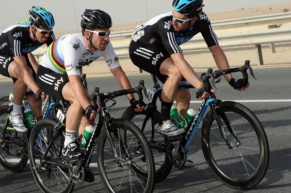 Bernhard Eisel talks tactics with Mark Cavendish - surely a big sprint will end this stage..?
