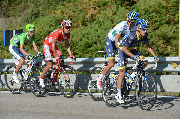 Hernandez has accelerated on the Pajares pass, leaving four men at the front...