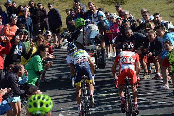 Contador and Rodriguez approach the last kilometre of Cuitu Negru, cheered on by huge crowds...