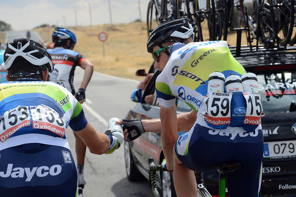 The heat has come back to the Vuelta, Peter Weening gives Julian Dean a preciously cool drink...