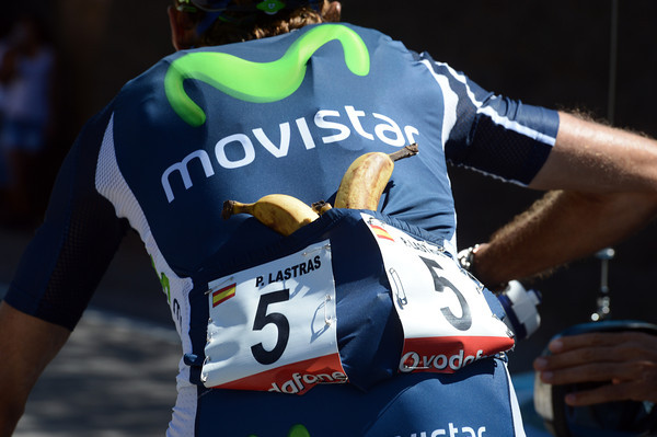 Pablo Lastras is collecting bananas and bottles for his Movistar teamates...