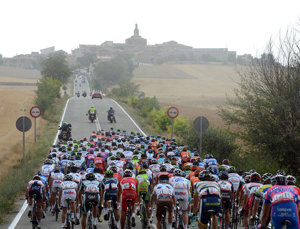 The peloton almost has the escape in its sights now...