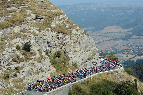 It's getting very hot as the peloton nears the Orduña summit  - but not as hot as the scenery..!