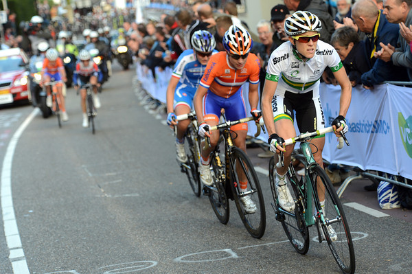 Rachel Neylan has suddenly become the strongest rider in the escape - she's attacking up the final Cauberg ascent..!