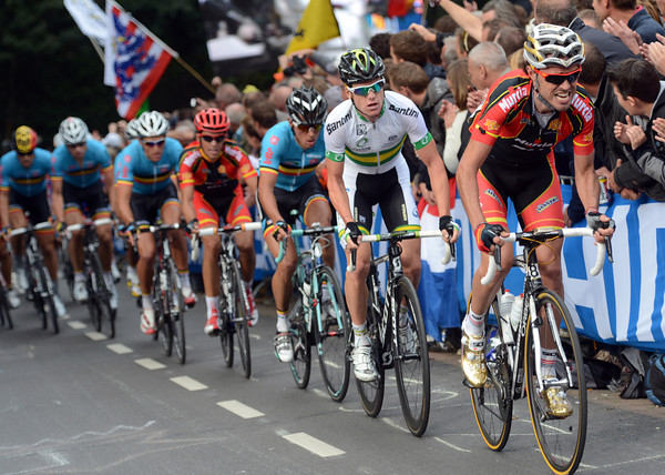 Sammy Sanchez leads the race with half-a-lap to go - where's Valverde when you need him..?!