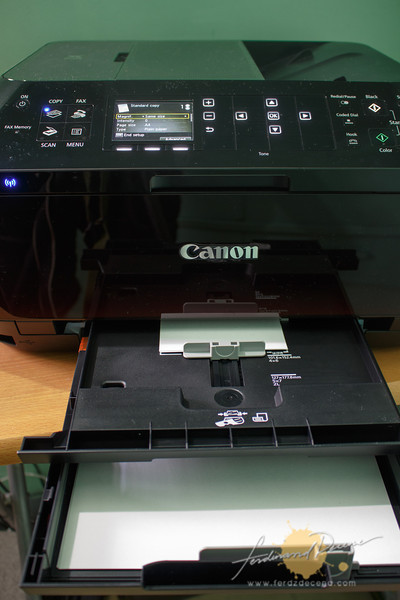 The dual paper tray layers allows to feed in 2 paper types at the same time