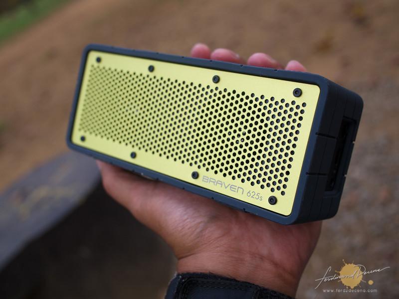 Handy brick-form speaker
