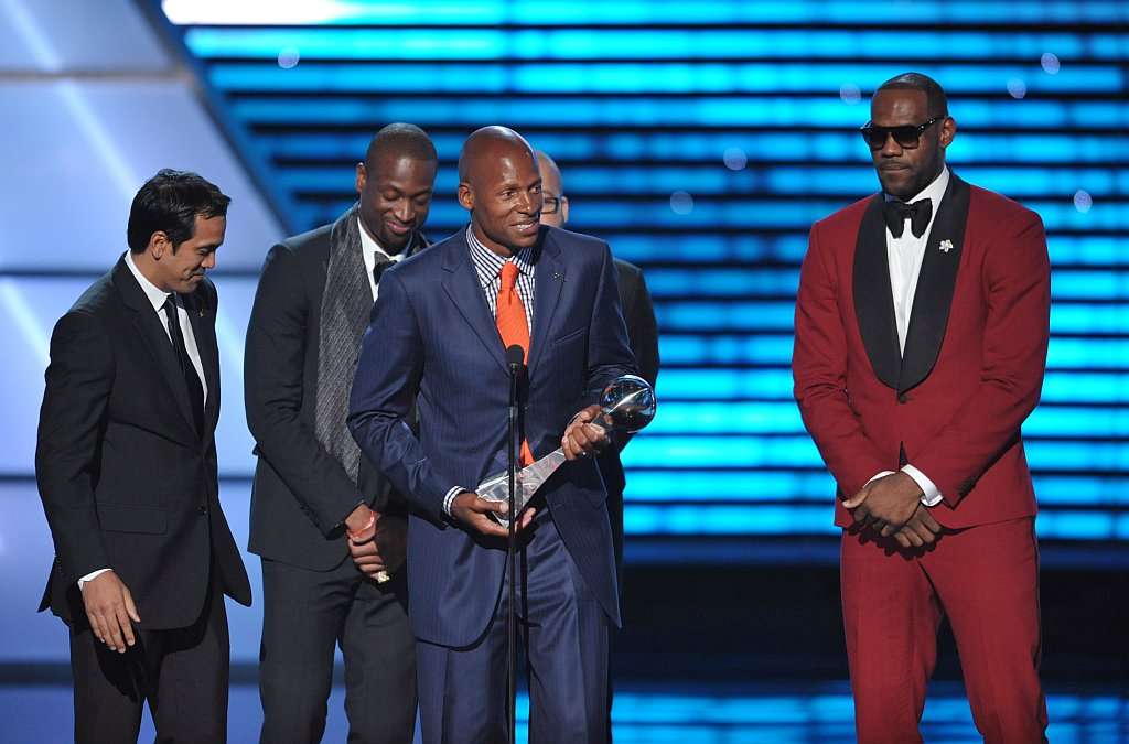 . From left, Miami heat coach Erik Spoelstra and players Dwyane Wade, Ray Allen and LeBron James accept the award for best game at the ESPY Awards on Wednesday, July 17, 2013, at Nokia Theater in Los Angeles. (Photo by John Shearer/Invision/AP)