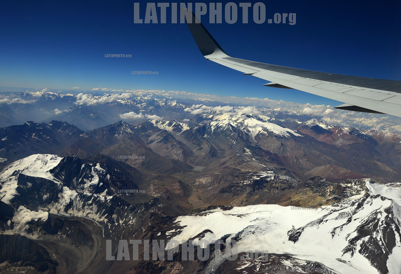 2013-02-01 VISTA GERAL DA CORDILHEIRA DOS ANDES E PLANTACOES NA DECOLAGEM DO VOO DE SANTIAGO DO CHILE / Vista aerea Cordillera de los Andes/ flight picture - Aerial photo of a portion of the Andes / Flugbild Gebirgszug Andenkette - Anden - Gebirge - Berge - Berkette © Lucas Lacaz Ruiz/LATINPHOTO.org