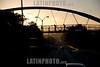Costa Rica : Trafico en San Jose - causados por el transito / Traffic in San Jose / Strassenverkehr in San Jose - Brücke mit Passanten im Morgenlicht - Gegenlicht © LATINPHOTO.org