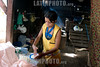 Nicaragua : Una mujer hace tortillas en una cabana / A woman makes tortillas in a hut in Managua / Nikaragua : Eine Frau stellt in einer Hütte in Managua Tortillas her - Einfache Küche © LATINPHOTO.org