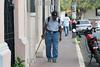 Nicaragua - Leon : hombre ciego/ en Leon / blind Man in Leon / Nikaragua : Blinder Mann mit Rucksack in Leon © LATINPHOTO.org