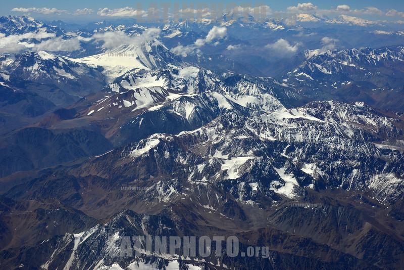 2013-02-01 VISTA GERAL DA CORDILHEIRA DOS ANDES E PLANTACOES NA DECOLAGEM DO VOO DE SANTIAGO DO CHILE / Vista aerea Cordillera de los Andes/ flight picture - Aerial photo of a portion of the Andes / Flugbild Gebirgszug Andenkette - Anden - Gebirge - Berge - Berkette © Lucas Lacaz Ruiz/LATINPHOTO.org