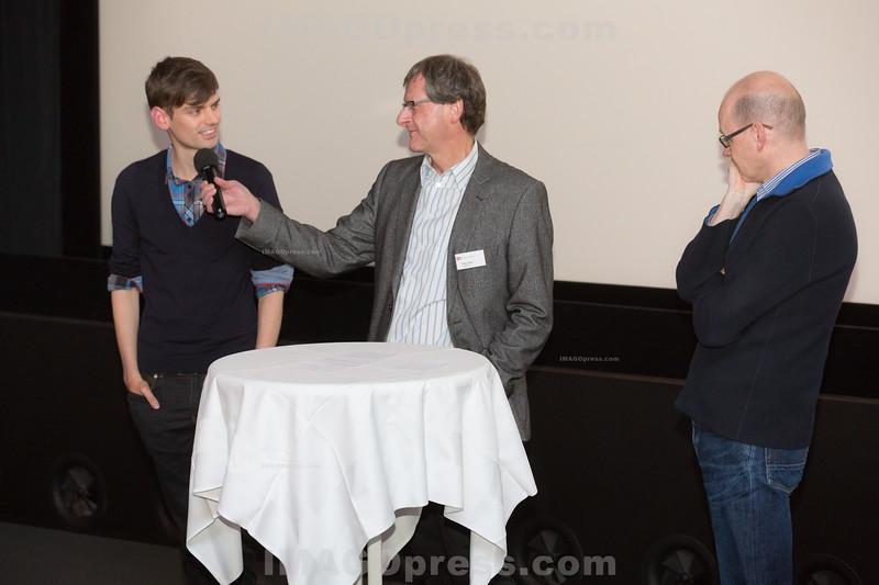 """Vorpremiere """"Der Bestatter"""" für die Mitglieder der SRG AG SO am 14.12.2013 im Kino Schloss in Aarau. Peter Moor im Gespräch mit Schauspieler Reto Stalder und Serien-Redaktor Thomas Lüthi (R)."""