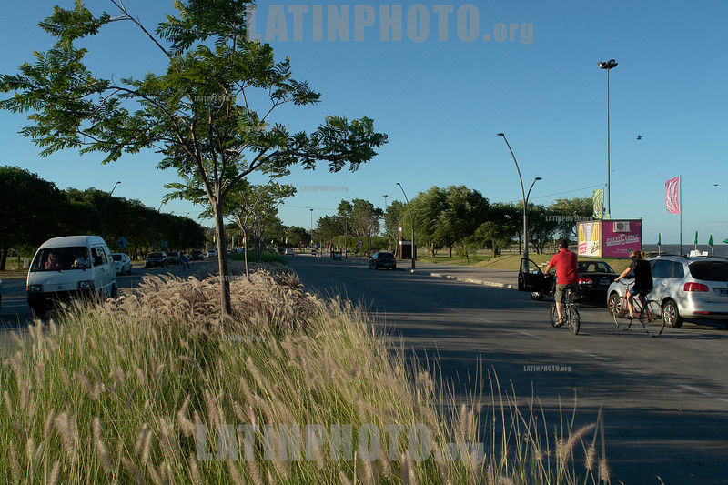 Argentina: Paseo de la costa en Vicente Lopez. Las personas se recrean andando en bicicleta o rollers frente al Rió de la Plata. / Argentina: Coast walk in Vicente Lopez. People recreate biking or rollers against the Rio de la Plata.