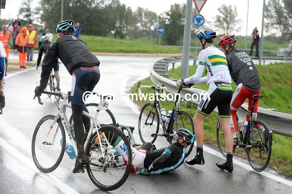 Horner just avoids a crash with the fallen Kanstantsin Siutsou...
