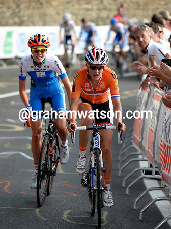 Lucinda Brand has suddenly attacked with Italy's Noemi Cantale...