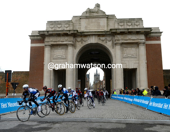 Blanco leads the peloton through the arch of the Menen gate in Ypres, the gap is coming down now...