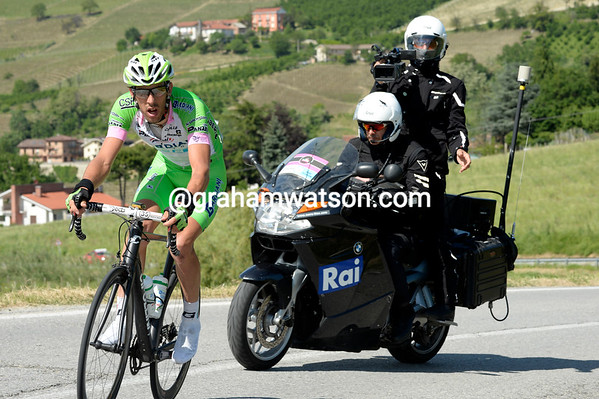 Stefano Pirazzi has left the escape behind on the main climb of the day in Alba territory...