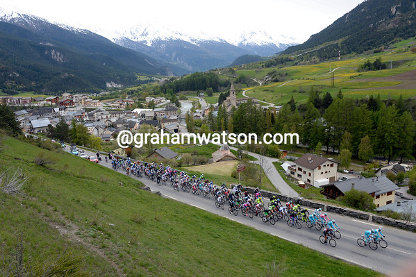 The peloton starts the climb of the Col du Mont Cenis with a three-minute deficit...