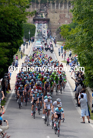 The peloton passes through the ancient aqueduct at Borghetto...
