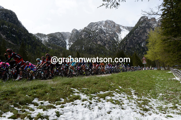 The peloton is gaining height as it pursues the quartet - and the new snow is all around them now...