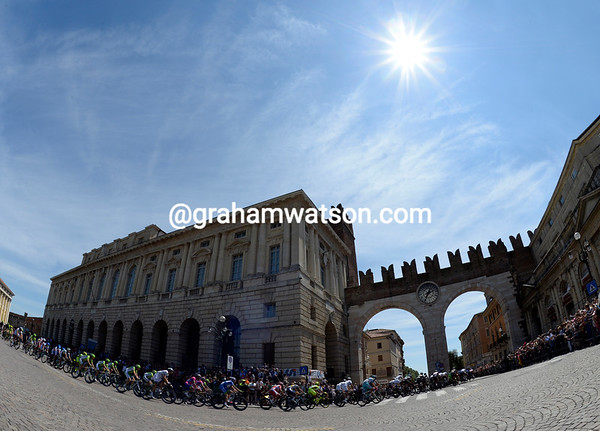 The peloton swoops through the centre of Verona, still mesmerized by the warm and sunny conditions..