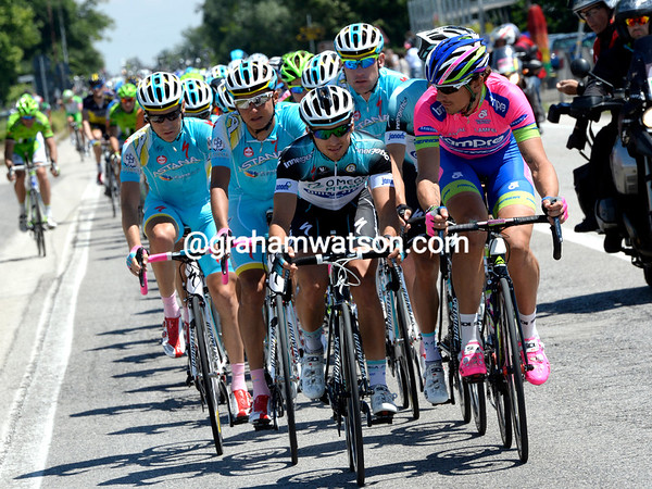 Pozzato shows his professional side right after by setting the tempo with Omega and Astana riders - there are flights to be taken today..!