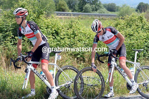 Rober Kiverlovski has chosen a bad moment to change wheels - George Bennett obliges him with his own wheel...
