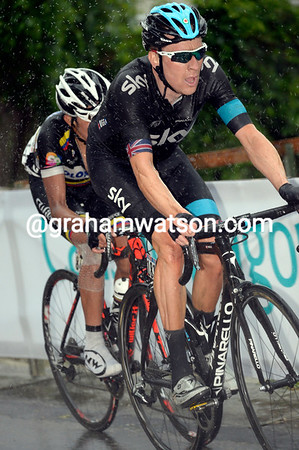 Wiggins is in the red-zone as he watches Nibali, Intxausti, Evans and Hesjedal ride away from him...