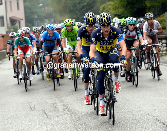 Roche continues to pull the peloton along, he's hurting his cousin Dan Martin at the same time..!