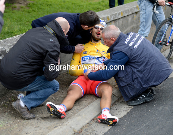 Bouhanni has crashed out now - the race-leader abandons Paris-Nice..!