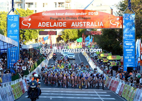 The peloton is organised now, the gap stabilizes at 40-seconds...