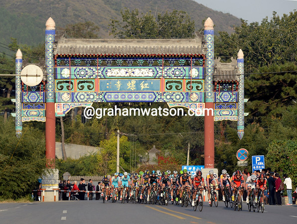 The peloton knows it's in China as it closes in on Cordeel with 15-kilometres to go...