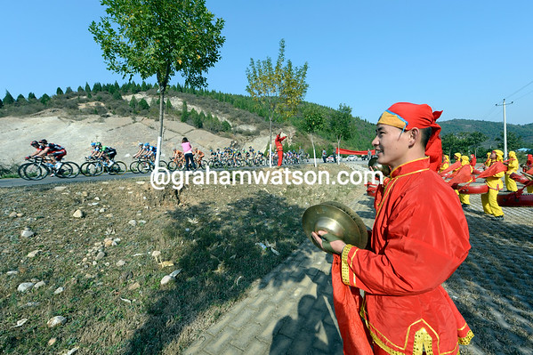 Local musicians serenade the Tour of Beijing by banging drums and smashing simbols..!