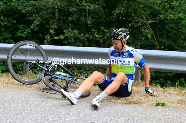 Svein Tuft has fallen on the tricky descent - he's hurt but gets up and finishes the stage...