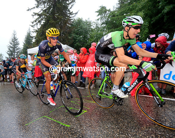 There's a scramble by Mollema, Kreuziger and Monfort to stay with the favourites over the summit of the Croix-Fry...